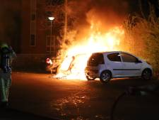 Auto gaat in vlammen op in Den Hoorn, vuur slaat over naar andere voertuigen