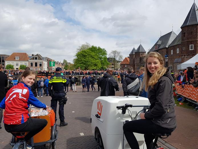 Minke van der Laan en Demi Huiden, twee van de bakfietschauffeurs tijdens Koningsdag in Amersfoort.