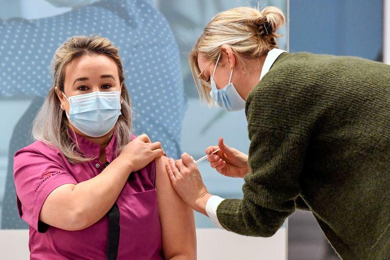 Sanna Elkadiri kreeg woensdag als eerste Nederlander het Pfizer-vaccin toegediend. Beeld REUTERS
