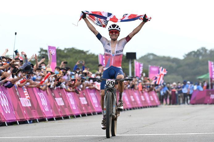 Tom Pidcock viert zijn zege met tranen en de Britse vlag.