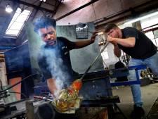 Glasblazer Marco gaat na 33 jaar bij Royal Leerdam Crystal zijn eigen weg, mét Oranjevaasje