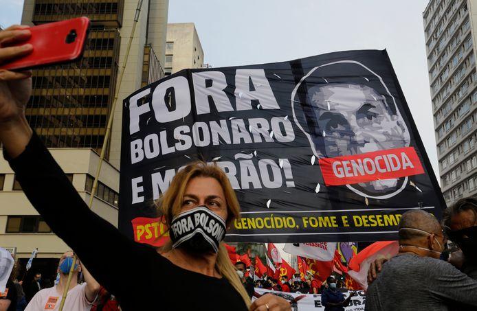 Een demonstrante neemt een selfie tijdens het protest tegen de Braziliaanse president in metropool Sao Paulo. (03/07/21)
