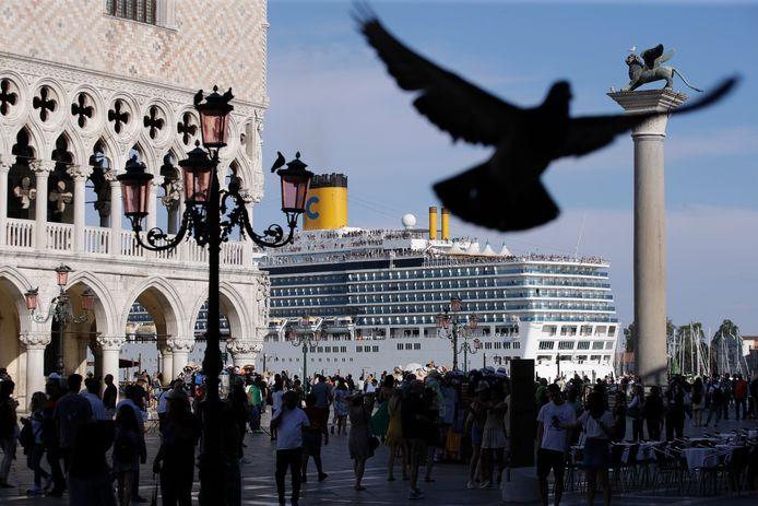Een cruiseschip passeert het San Marcoplein in Venetië.