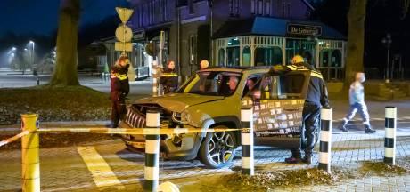 Automobilist onder invloed negeert gesloten spoorbomen en ramt stoptrein