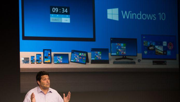 Terry Myerson, directeur van Microsofts Operating Systems-afdeling, toont de nieuwe Windows tijdens een persconferentie.