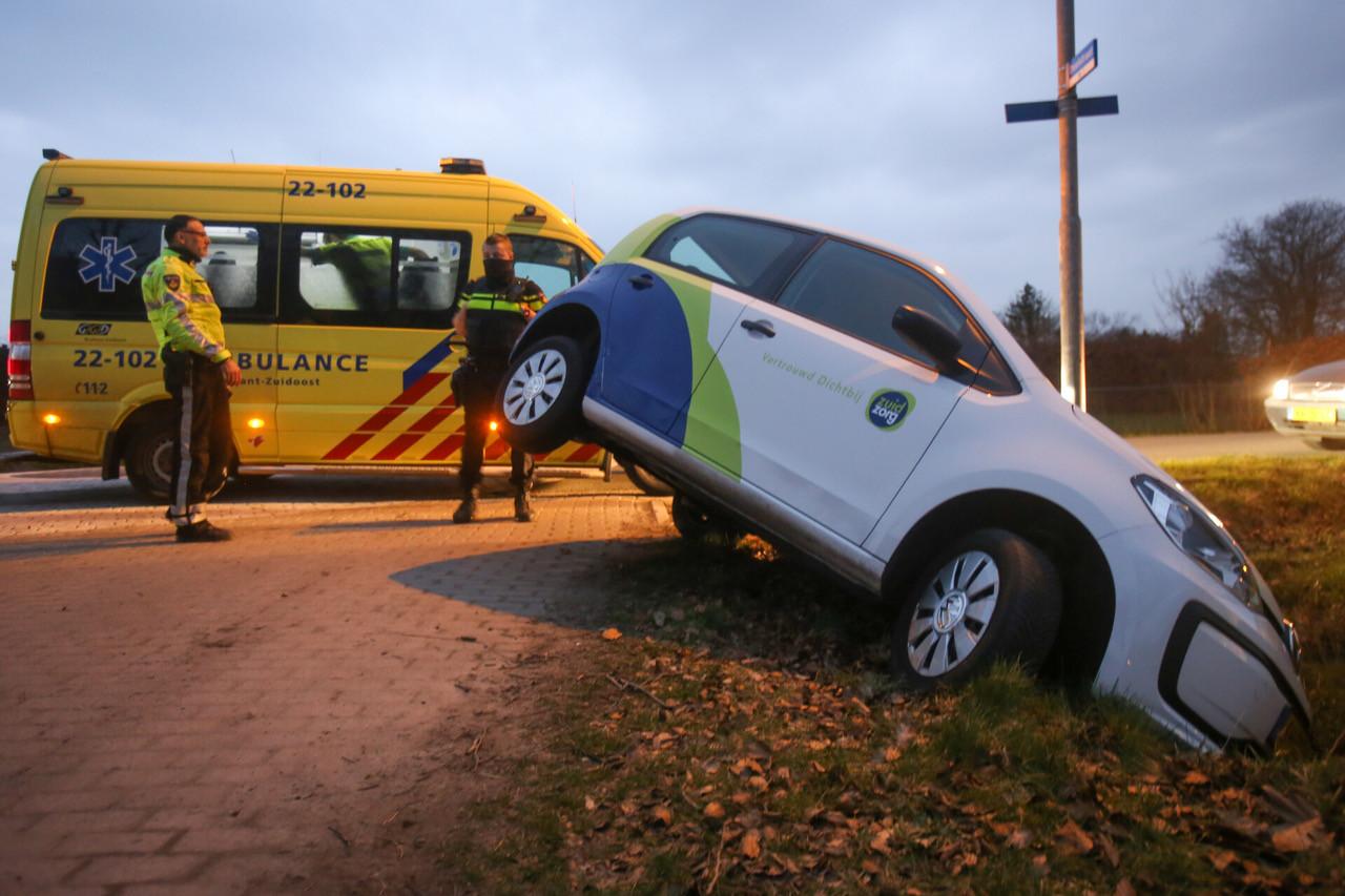 Auto belandt in sloot Eindhoven.