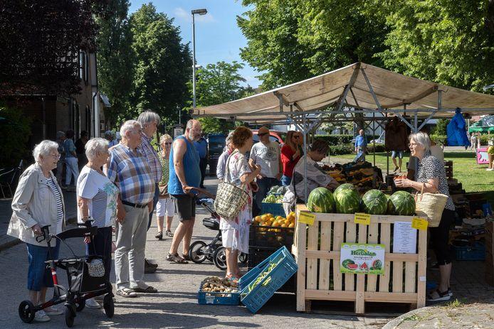 Weer markt in Acht, met rechts Sylvia van der Burg