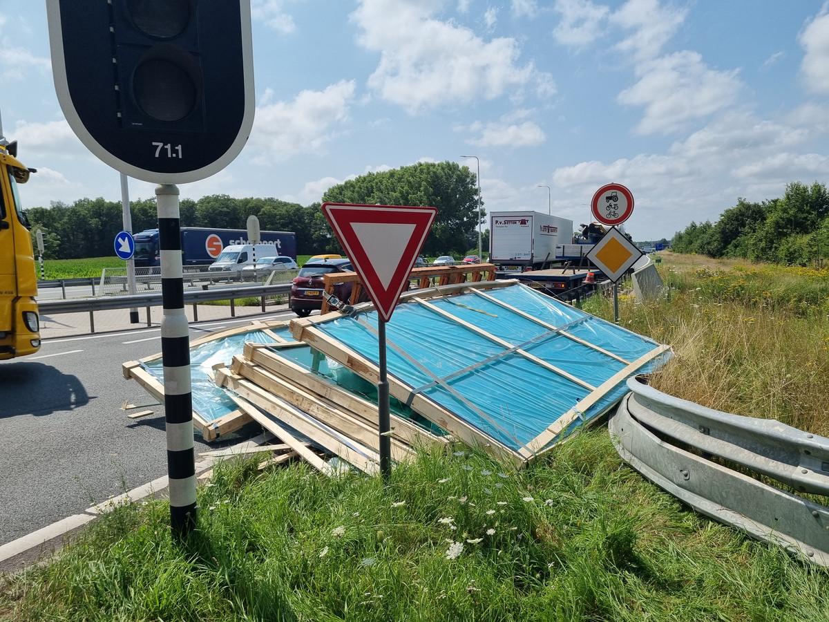Eén rijstrook van de N18 bij Varsseveld was dicht als gevolg van de afgevallen lading.