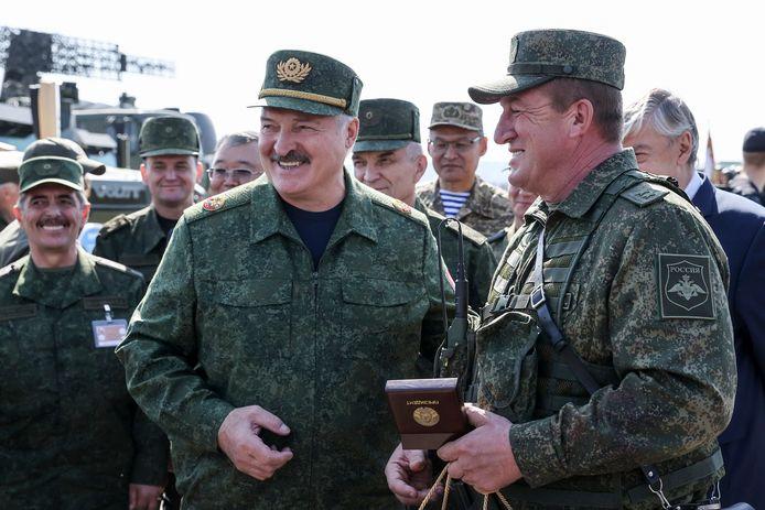 De Wit-Russische president Aleksandr Loekasjenko bracht zondag een bezoek aan de gezamenlijke militaire oefening die het land momenteel houdt met Rusland.