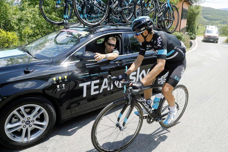Mikel Landa bij de ploegleiderswagen. Beeld afp
