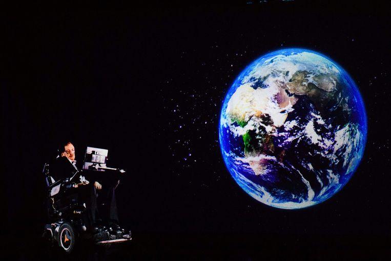 Een presentatie van Stephen Hawking, die hier in een hologram op het podium verschijnt. Beeld Hollandse Hoogte / AFP