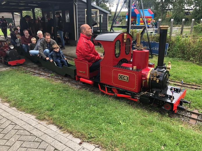 Bezoekers kunnen tijdens Stoompluimen in de Pluimweide in Hoedekenskerke meerijden met een modelbouw stoomtrein.