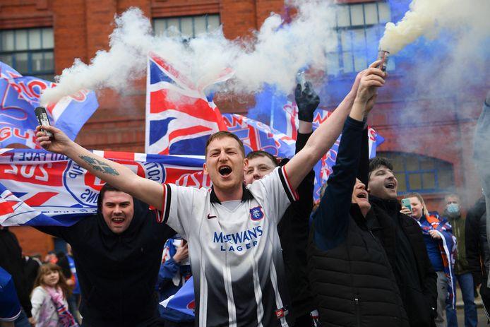 Rangers-fans vieren de titel buiten Ibrox.