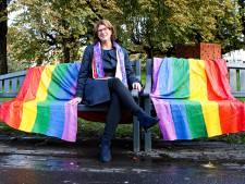 Coming-out day met regenboogbank van 'Efteling-kwaliteit'