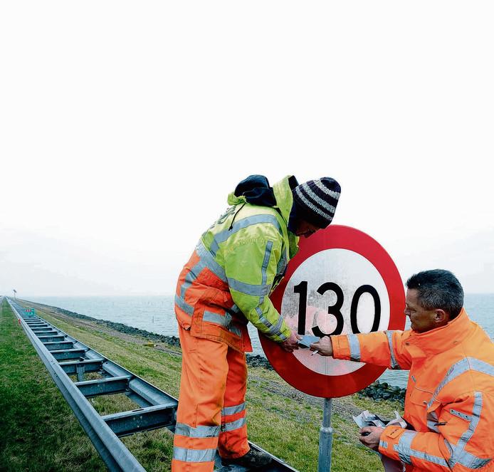 Premier Rutte moet mogelijk afscheid nemen van zijn VVD-stokpaardje: met 130 kilometer per uur over de snelweg scheuren.