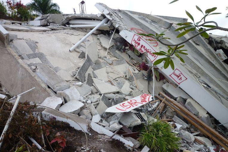 Marcel van Vugt zocht met het Nederlandse Urban Search and Rescue (USAR) in 2010 naar overlevenden naar de aardbeving in Haïti. Met een spuitbus verf werden doorzochte locaties gemarkeerd. Beeld Eigen foto Marcel van Vugt