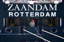 Een bemanningslid met een mondmasker op het cruiseschip Zaandam, in april vorig jaar. Zeevarenden kunnen door de pandemie lastig naar huis.