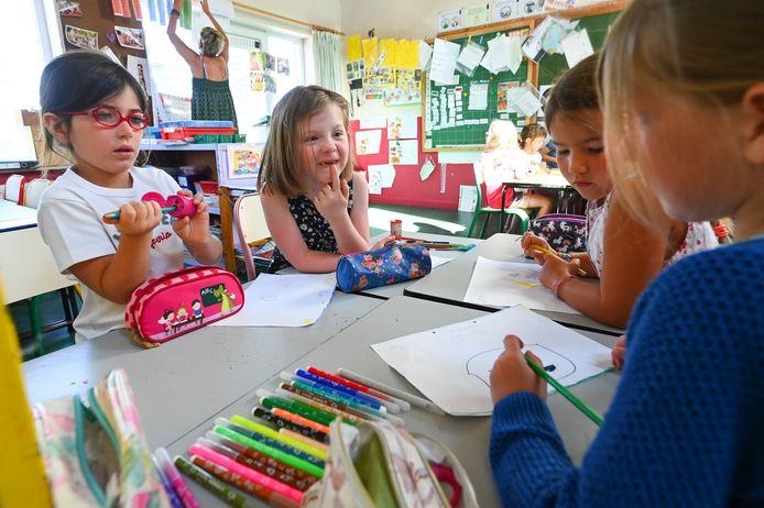 Archiefbeeld - kinderen kleuren in Huppaye.  Photo by Vincent Kalut / Photonews