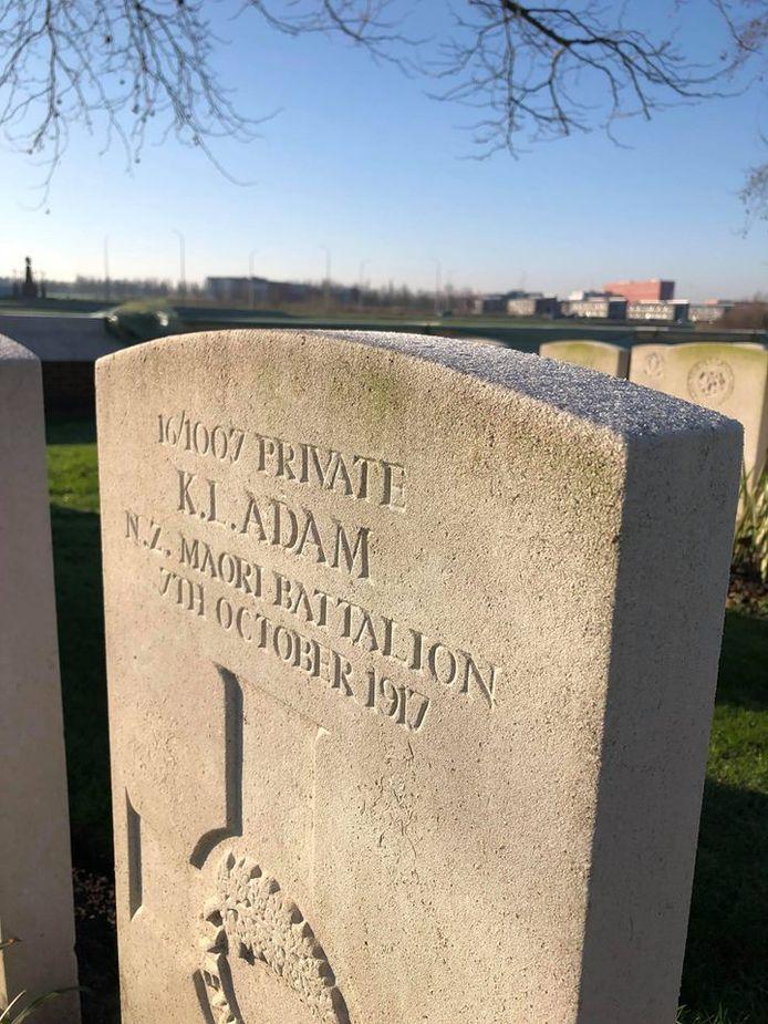 De grafsteen van Kiro Luke Adam, gesneuveld op 7 oktober 1917