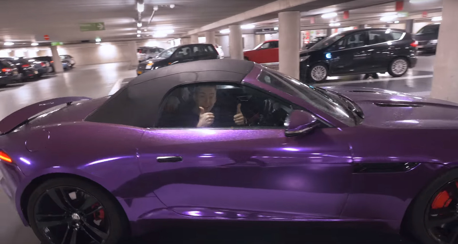 Edd Stanton in zijn paarse Jaguar.