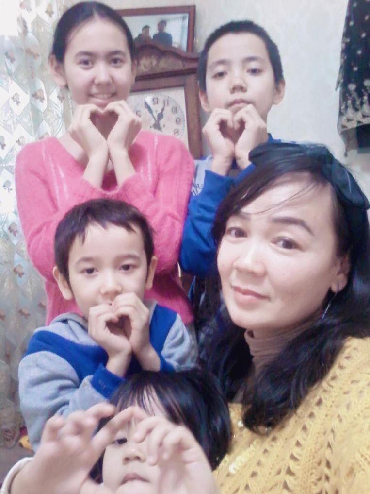 Wureyetiguli Abula en de vier kinderen van Ablimit Tursun. Beeld RV