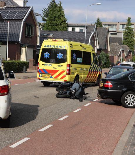 Motor boort zich in zijkant van auto in Ede, motorrijder raakt gewond