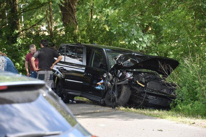 De auto waarin de vijf zaten, raakte zwaar beschadigd