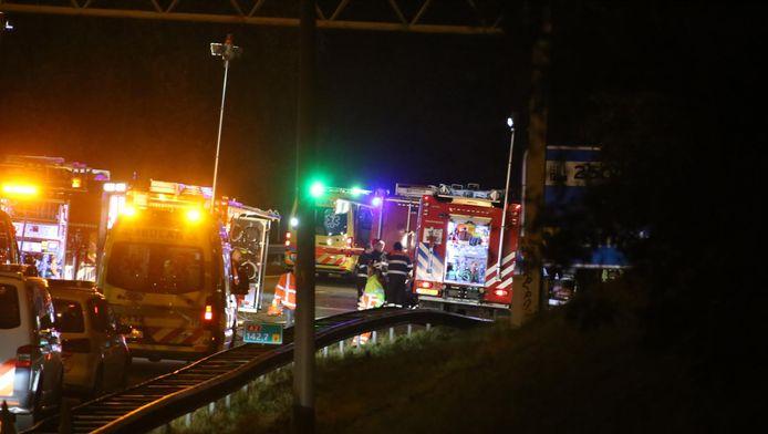 Hulpdiensten na het ongeval op de A2.