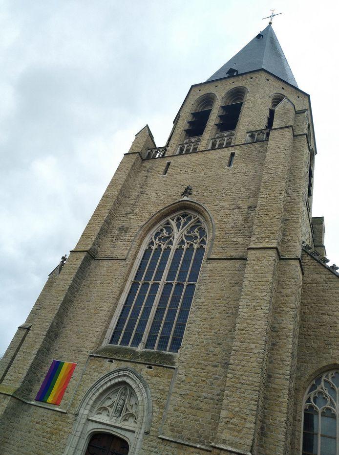De regenboogvlag die aan de Colomakerk hing, werd door vandalen vernield.