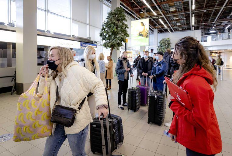 Vanaf Schiphol vertrekken 189 vakantiegangers naar Rhodos voor een testvakantie.    Beeld ANP