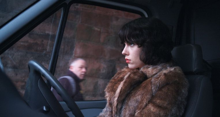 Scarlett Johansson rijdt door de straten van Glasgow in Under the Skin. Beeld A-Film