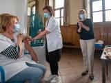 """Man (74) dient klacht in tegen vaccinatiecentrum: """"Vandaag geen Pfizer, we moeten u AstraZeneca geven"""" Vier minuten daarvoor werd buurman Veerle Heeren ingeënt.... met Pfizer"""