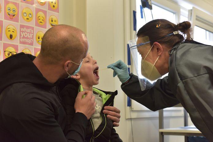 Ook bij kinderen wordt met dezelfde wattenstokjes als voor volwassenen gewerkt op de corona teststraat.