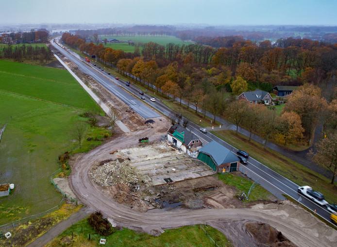 Alle gebouwen die op de route van de straks verbrede N35 tussen Zwolle en Wijthmen stonden, zijn gesloopt. Op deze ene boerderij na.