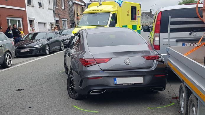 De Mercedes is tegen een geparkeerde aanhangwagen gekatapulteerd. De bestuurster heeft lichte verwondingen opgelopen. Intussen kwamen de bewoners van de straat buiten om te zien wat er gebeurd is.