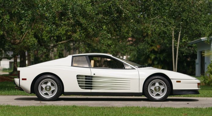 In 'Miami Vice', dé eighties-serie bij uitstek, reed Sonny Crockett (Don Johnson) rond in een witte Ferrari Testarossa. De wagen werd in 2015 geveild.