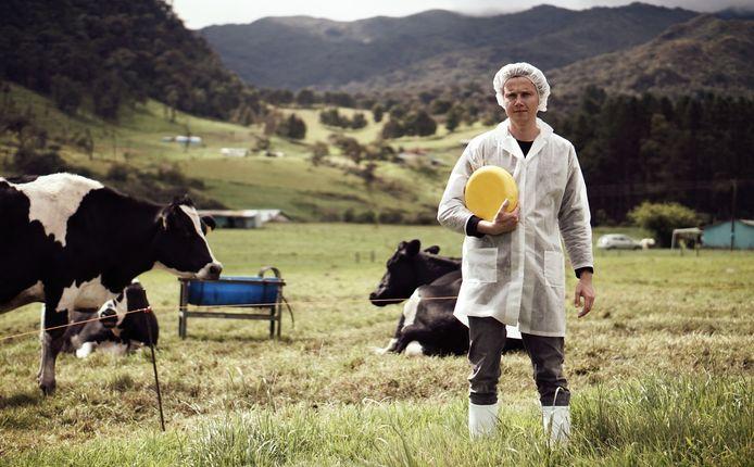 Tobias Rijnsdorp in de Colombiaanse Andes, waar hij Hollandse kaas maakt.