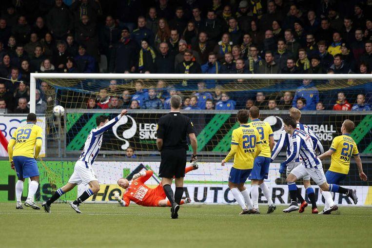 Arber Zeneli tekent namens Heerenveen voor de 0-1. Beeld anp