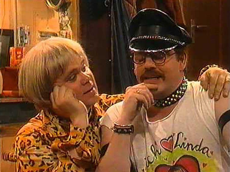 (4) Paul de Leeuw in de uitzinnig campy sitcom Seth & Fiona. Beeld