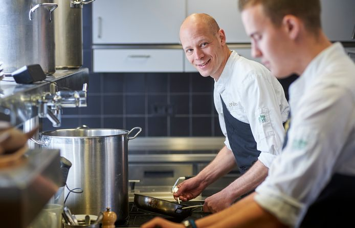 Chef-kok Thijs Berkers van Oonivoo in Uden verlaat de restaurantkeuken en gaat les geven op het Bossche Willem I-college.