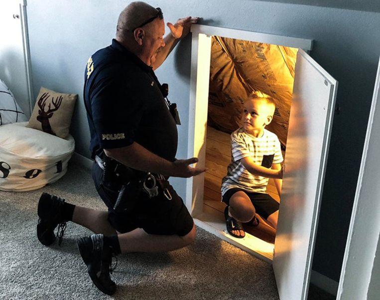 Agent Bruce Schwartz stelt Hayden gerust in diens nieuwe slaapkamer.