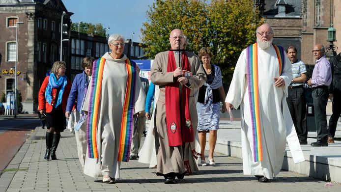 Zondag 16 september 2012, voorafgaand aan de herdenking van de Slag om Arnhem. Kanunnik David Porter uit Coventry draagt het 'Cross of Nails' in een processie langs het gemeentehuis.