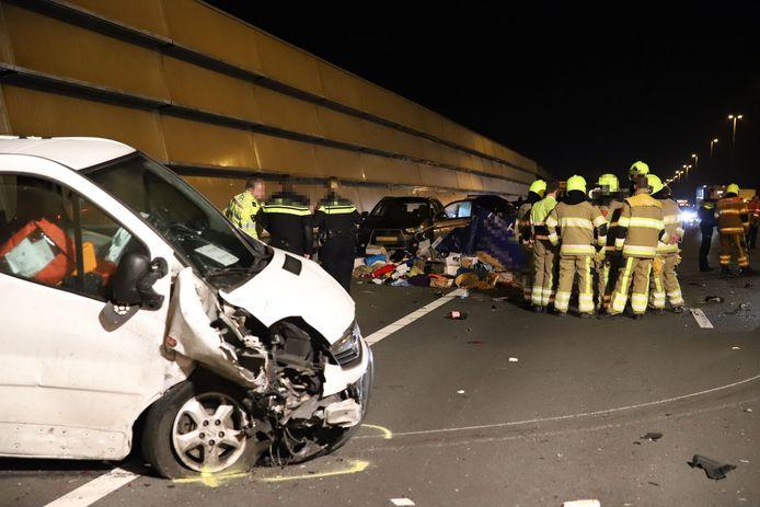 File Op A2 Bij Enspijk Na Ongeluk Lading Van Aanhangwagen Ligt Op De Weg West Betuwe Gelderlander Nl