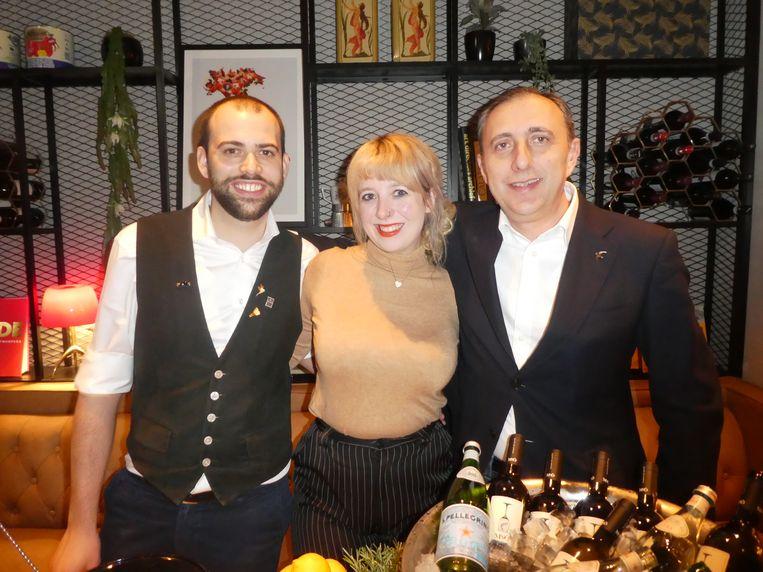 """Barman Nicoló Caronia, Claire Hagen (social media) en Maurizio Rimerici (PPHE Hotel Group): """"In Venetië drinken ze graag wijn met een hapje erbij. Dat concept brengen wij."""" Beeld Hans van der Beek"""