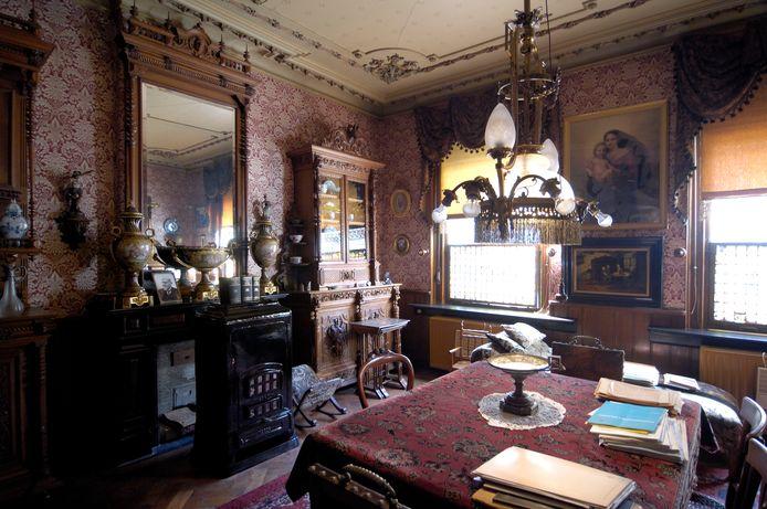 De woning verkeert voor een belangrijk deel nog in oorspronkelijke staat en ademt een laat negentiende-eeuwse sfeer.