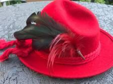 Lid van de Red Hat Club? Dan is deze rode hoed écht iets voor jou (en je steunt gelijk een goed doel)