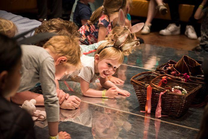 Kinderen konden twee jaar geleden net zoals in het boek 'Konijnentango' hun eigen spiegelbeeld bekijken. (Foto Chris van Houts)