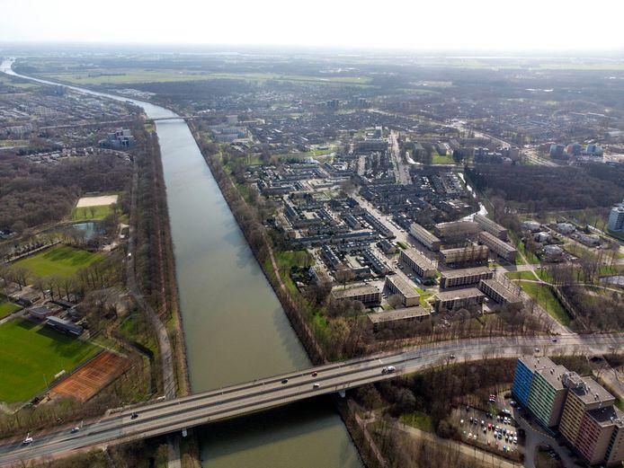 Dronebeeld van boven de brug over de Nieuwe Dukenburgseweg richting Hatertsebrug. Links ligt het sportcomplex Vossendijk op Winkelsteeg, rechts de wijken Zwanenveld, Lankforst en Malvert (van onder naar boven).
