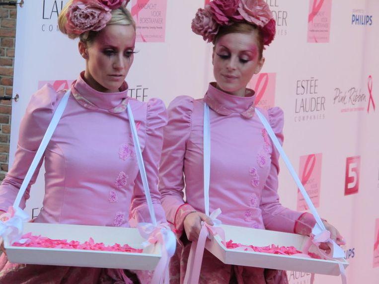 Deze roze meisjes worden weggebonjourd omdat ze voor de camera's staan. Beeld