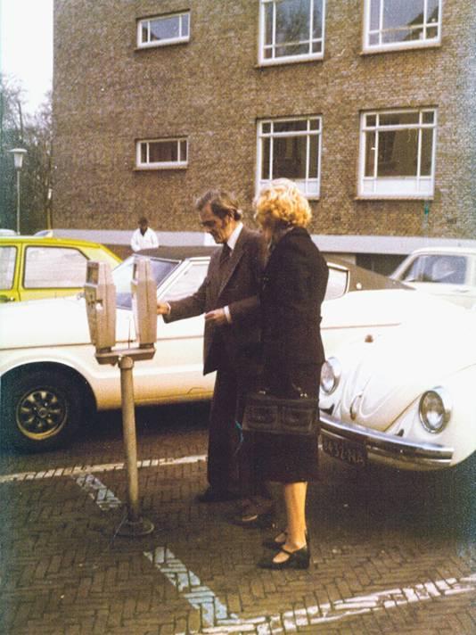 Opa met de toen nog witte Kever op het Kasteelplein in Breda